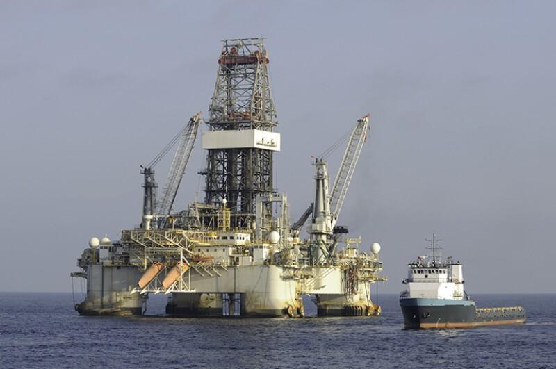 Deepwater DP drilling platform with supply vessel